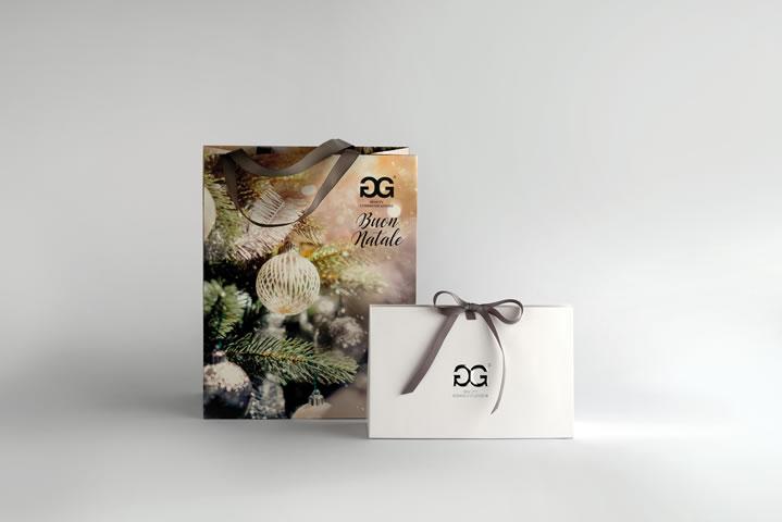 Non dimenticare il pacchetto! Gift Box e sacchetto di Natale sono il tocco in più che renderà unico il tuo pensiero.